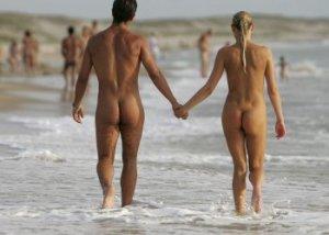 Una coppia naturista in spiaggia