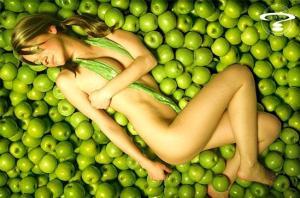 Ragazza tra le mele